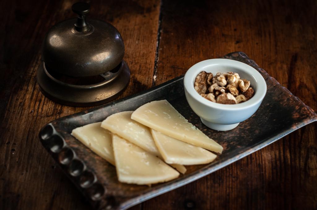 Tabla de quesos de Idiazábal con nueces